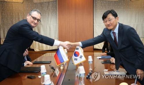 Rencontre entre le ministre adjoint sud-coréen des Affaires étrangères pour les affaires politiques, Yoon Soon-gu, et le vice-ministre russe des Affaires étrangères, Igor Morgulov, dans le cadre de la 17e série de conférences consultatives sur les politiques bilatérales, à Séoul, le mardi 27 novembre 2017.