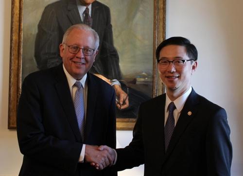 Le vice-ministre sud-coréen de l'Unification, Chun Hae-sung, avec le sous-secrétaire d'Etat pour les affaires politiques des Etats-Unis, Thomas Shannon, dans la capitale américaine, le lundi 27 novembre 2017. (Ministère de l'Unification=Yonhap)