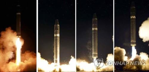 Lancement du nouvel ICBM Hwasong-15 dévoilé par le Rodong Sinmun le 29 novembre 2017. (Utilisation en Corée du Sud uniquement et redistribution interdite)