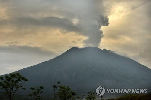 Le volcan Agung, sur l'île indonésienne de Bali, rejette des cendres dans l'atmosphère, le jeudi 30 novembre 2017, bloquant de nombreux voyageurs en raison du risque d'éruption. (AFP=Yonhap)