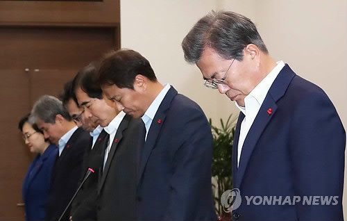 Le président Moon Jae-in et les conseillers présidentiels observent une minute de silence pour rendre hommage aux victimes du naufrage du bateau de pêche de plaisance Seonchang-1, avant le début de la réunion des conseillers présidentiels à Cheong Wa Dae.