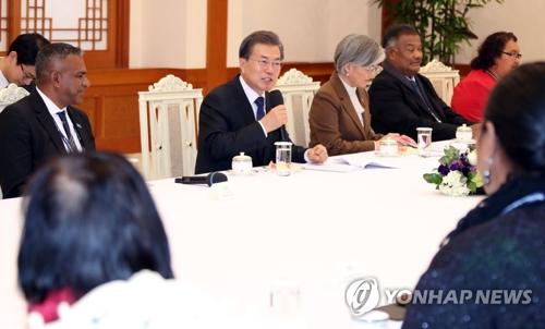 Le président Moon Jae-in prend la parole au palais présidentiel Cheong Wa Dae lors de la rencontre avec les ministres des Affaires étrangères des 13 pays insulaires du Pacifique.