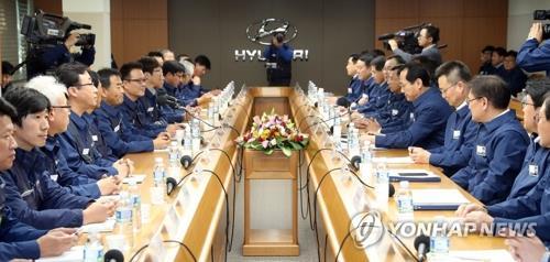 Sur cette photo, prise le 31 octobre 2017, les représentants de Hyundai Motor et de son syndicat reprennent leurs négociations salariales annuelles.