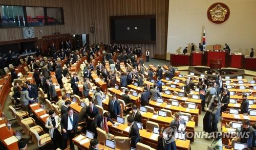 Les députés quittent la principale salle de l'Assemblée nationale après avoir approuvé le plan budgétaire 2018.