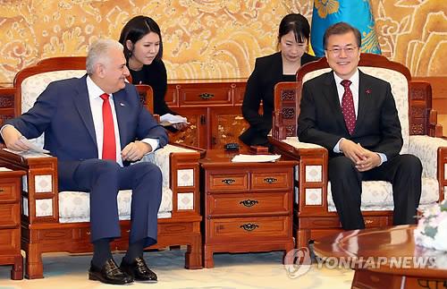 Le président sud-coréen Moon Jae-in s'entretient avec le Premier ministre turc Binali Yildirim le 6 décembre 2017 au palais présidentiel Cheong Wa Dae.