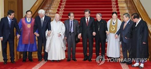 Le président Moon Jae-in (cinquième en partant de la d.) pose avec les plus grands chefs religieux sud-coréens après une réunion à son bureau de Cheong Wa Dae, à Séoul le 6 décembre 2017