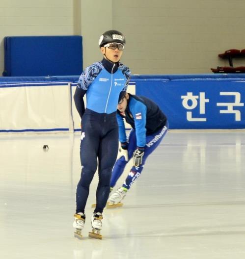Le patineur de vitesse sur piste courte russe Victor An s'entraîne à l'université nationale du sport de Séoul le 6 décembre 2017.