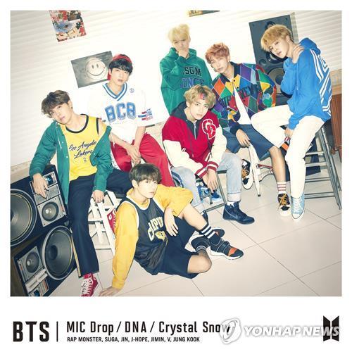 Une photo promotionnelle de BTS pour la sortie de leur single japonais  «Mic Drop / DNA / Crystal Snow», fournie par Big Hit Entertainment.