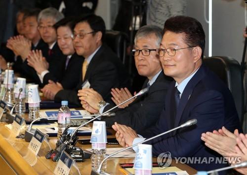 Song Young-gil, député du Parti démocrate de Corée nommé à la tête du Comité de coopération économique Nord (1er de la droite), lors de la première réunion du comité.