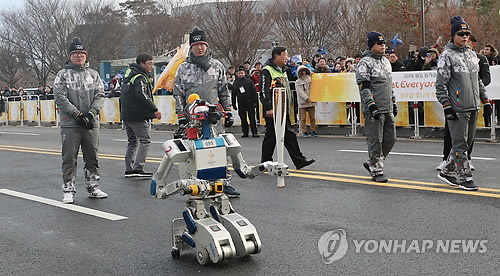 Le robot humanoïde sud-coréen Hubo porte la torche des Jeux olympiques d'hiver de PyeongChang 2018 à l'Institut des sciences et technologies avancées de Corée (KAIST) à Daejeon.
