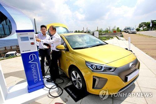Sur cette photo d'archives, des clients rechargent leur voiture tout-électrique Ioniq EV.