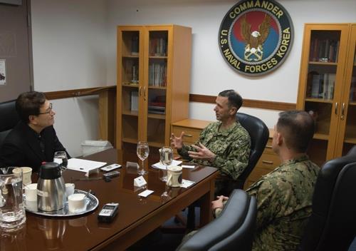 L'amiral John M. Richardson (au c.), chef des opérations navales des Etats-Unis, s'exprime lors d'une interview accordée à l'agence de presse Yonhap à la base militaire de Yongsan à Séoul. Le contre-amiral Brad Cooper (à dr.), commandant des forces navales américaines en Corée du Sud, est assis à ses côtés. Photo fournie par la marine américaine.