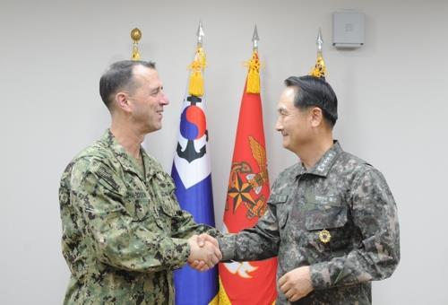 L'amiral John M. Richardson (à g.), chef des opérations navales des Etats-Unis, serre la main de son homologue sud-coréen, l'amiral Um Hyun-seong, lors d'une réunion organisée à Séoul le 15 décembre 2017. Photo publiée par le bureau d'Um Hyun-seong.