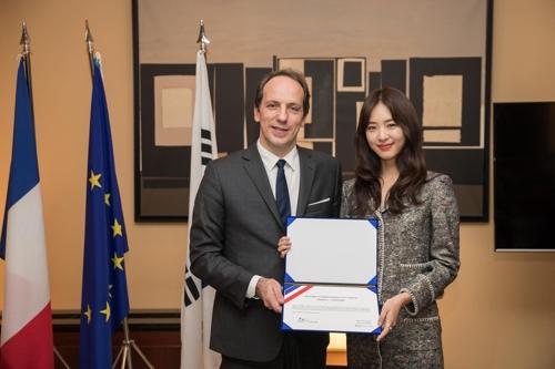 Lee Yeon-hee et l'ambassadeur Fabien Penone lors de la cérémonie de nomination de l'actrice à la fonction d'«ambassadrice d'amitié de la France», à la résidence de France à Séoul, le 13 décembre 2017. © Atout France