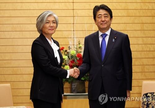 La ministre sud-coréenne des Affaires étrangères, Kang Kyung-wha, rencontre le Premier ministre japonais, Shinzo Abe, dans l'après-midi du mardi 19 décembre 2017.