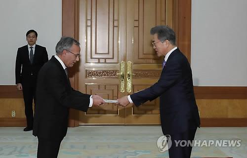 Le président Moon Jae-in (à droite) accepte la lettre de créance du nouvel ambassadeur du Portugal en Corée du Sud Manuel Antonio Goncalves de Jesus ce mercredi 20 décembre 2017 au bureau présidentiel.