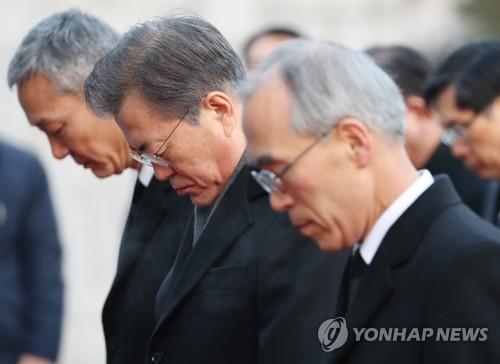 Le président Moon Jae-in observe une minute de silence le mardi 2 janvier 2018 lors d'une visite au cimetière national de Séoul.
