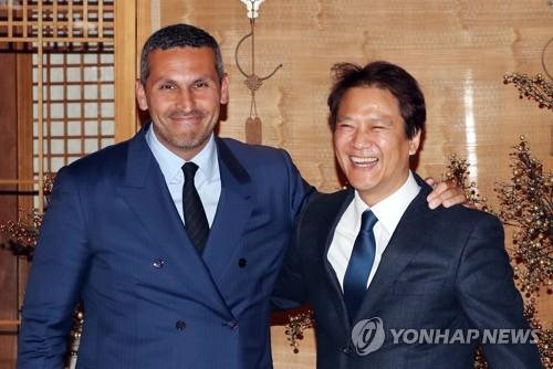Le secrétaire général de la présidence sud-coréenne, Im Jong-seok, (à droite) et le chef des Autorités des affaires exécutives d'Abou Dhabi, Khaldoon Khalifa Al Mubarak, le mardi 9 janvier 2018 après une discussion à Séoul.