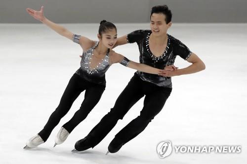 Sur cette photo prise le 28 septembre 2017, les patineurs artistiques nord-coréens Ryom Tae-ok (à g.) et Kim Ju-sik effectuent leur programme court lors du Trophée Nebelhorn à Oberstdorf, en Allemagne. (AP = Yonhap)