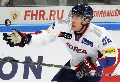 Sur cette photo prise le 13 décembre 2017, l'attaquant sud-coréen Mike Testwuide dompte le palet contre le Canada lors d'un match de la Channel One Cup au VTB Ice Palace de Moscou. (EPA)
