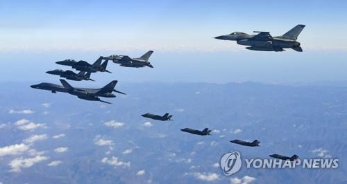 Un bombardier stratégique B-1B Lancer, deux F-35A et deux F-35B des Etats-Unis et deux F-16K et deux F-15K de la Corée du Sud participent à l'exercice Vigilant Ace le 6 décembre 2017 dans le ciel sud-coréen.