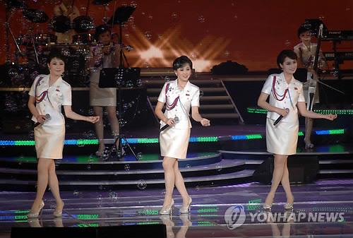 La troupe nord-coréenne Moranbong Band le 2 juillet 2014 (Utilisation en Corée du Sud uniquement et redistribution interdite) </p><p>(KCNA=Yonhap)