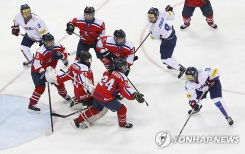 Les joueuses sud-coréennes (en blanc) et nord-coréennes s'affrontent le 6 avril 2017 à Gangneung dans le cadre du tournoi de Division II groupe A des Championnats du monde de la Fédération internationale de hockey sur glace.
