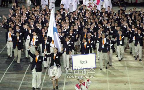 Des athlètes des deux Corées marchent ensemble lors de la cérémonie d'ouverture des JO d'été de Sydney le 15 septembre 2000.