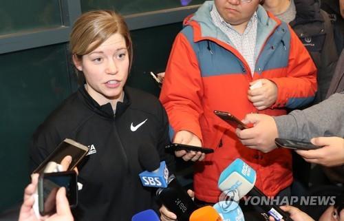 Sarah Murray, entraîneur de l'équipe féminine de hockey sur glace de la Corée du Sud, répond à la question d'un journaliste à l'aéroport international d'Incheon le 16 janvier 2018.