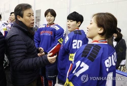 Le ministre sud-coréen du Sport Do Jong-hwan (à g.) s'entretient avec la joueuse de hockey féminin Han Soo-jin (à d.) lors de sa visite au Centre national d'entraînement de Jincheon, dans la province du Chungcheong du Nord, le 17 janvier 2018.