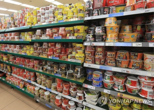 Un rayon de ramyeon dans un supermarché. (Photo d'archives Yonhap)