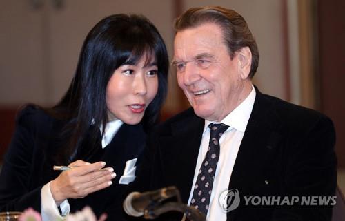 L'ancien chancelier allemand Gerhard Schröder et Kim So-yeon lors d'une conférence de presse le 25 janvier 2018 à Séoul.