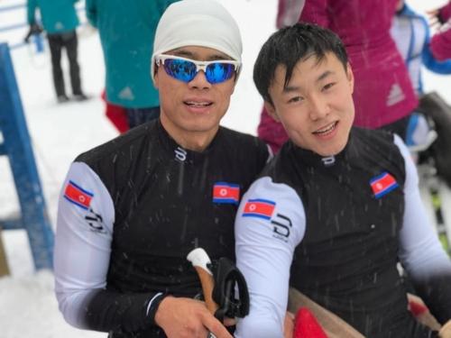 Les skieurs de fond nord-coréens Ma Yu-chul (à gauche) et Kim Jong-hyun lors de la Coupe du monde de ski paranordique d'Oberried, en Allemagne.