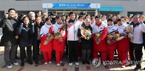 Sur cette photo, des membres des équipes de hockey féminin du Sud et du Nord posent pour des photos lors d'une cérémonie de bienvenue pour l'équipe nord-coréenne au Centre national d'entraînement de Jincheon, dans la province du Chungcheong du Nord, le 25 janvier 2018. Les Corées auront une équipe conjointe aux Jeux olympiques de PyeongChang 2018.