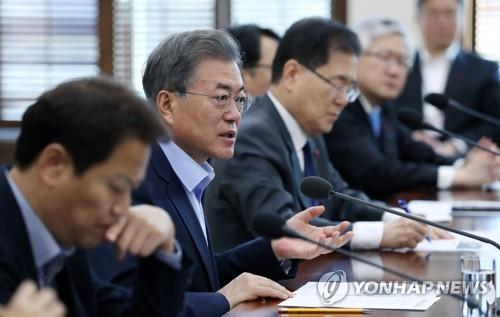 Le président Moon Jae-il prend la parole lors d'une réunion des conseillers convoquée suite à l'incendie de Miryang le 26 janvier 2018.