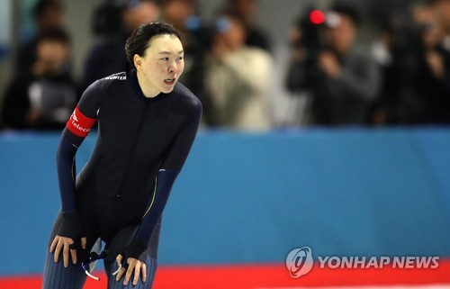 La patineuse de vitesse sud-coréenne Noh Seon-yeong après avoir achevé un 1.500m aux Championnats nationaux de patinage de vitesse à la Patinoire internationale de Taeneung à Séoul, le 20 octobre 2017.