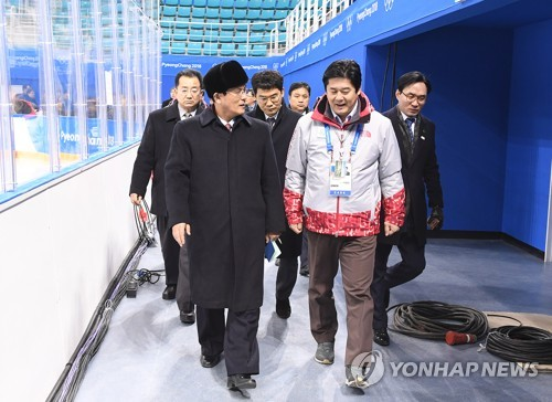 La délégation nord-coréenne inspecte le centre de hockey sur glace à Gangneung le jeudi 25 janvier 2018.
