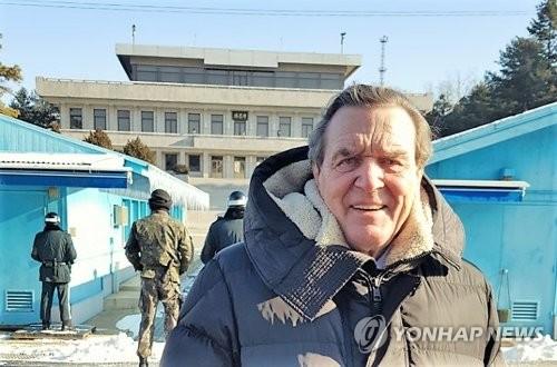 L'ancien chancelier allemand Gerhard Schröder dans la Zone démilitarisée (DMZ), le vendredi 26 janvier 2018.