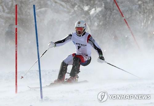 Le skieur alpin sud-coréen Jung Dong-hyun à l'épreuve de slalom spécial des Jeux asiatiques de Sapporo, au Japon, le 25 février 2017.