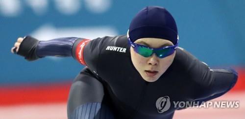 Sur cette photo prise le 20 octobre 2017, la patineuse de vitesse sud-coréenne Noh Seon-yeong concourt au 1.500m féminin lors des Championnats nationaux de patinage de vitesse sur distances individuelles à la patinoire internationale de Taeneung à Séoul.