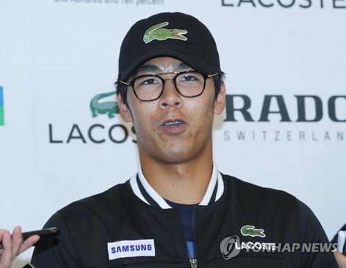 Sur cette photo prise le 28 janvier 2018, le joueur de tennis sud-coréen Chung Hyeon répond aux journalistes à l'aéroport international d'Incheon après son retour de l'Open d'Australie.