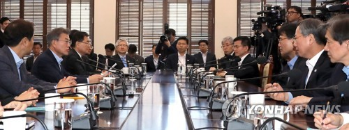 Le président Moon Jae-in (2e à partir de la gauche, à gauche) en réunion avec ses conseillers au bureau présidentiel à Séoul ce lundi 29 janvier 2018.