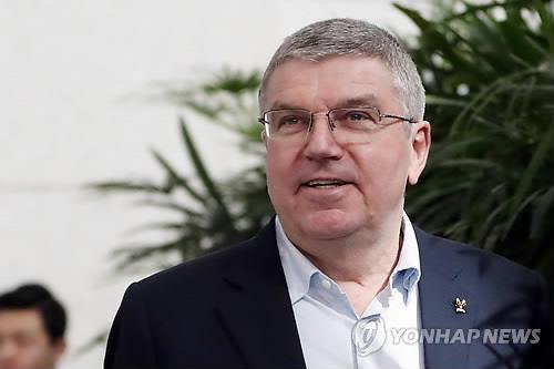 Le président du CIO, Thomas Bach, répond aux journalistes à son arrivée à l'aéroport international d'Incheon le 30 janvier 2018.