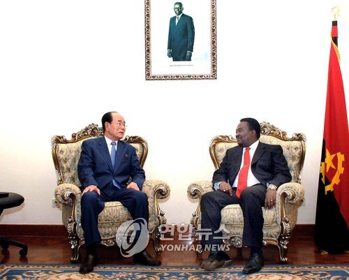 Réunion entre Kim Yong-nam, président du présidium de l'Assemblée populaire suprême de la Corée du Nord, et le Premier ministre de l'Angola en 2008. (Photo d'archives Yonhap)