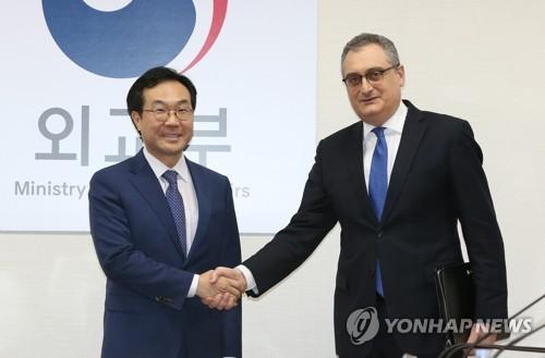 Le représentant spécial pour la paix sur la péninsule coréenne et les affaires de sécurité, Lee Do-hoon, échange une poignée de main avec son homologue russe, Igor Morgoulov le 27 novembre 2017. (Photo d'archives Yonhap)