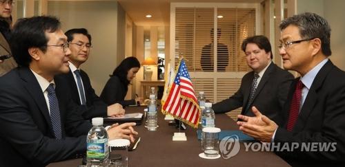 Le représentant spécial pour la paix sur la péninsule coréenne et les affaires de sécurité Lee Do-hoon (à gauche) et le représentant spécial américain pour la politique nord-coréenne Joseph Yun tiennent une réunion bilatérale le vendredi 17 novembre 2017 à l'hôtel Shilla sur l'île de Jeju. (Photo d'archives Yonhap)