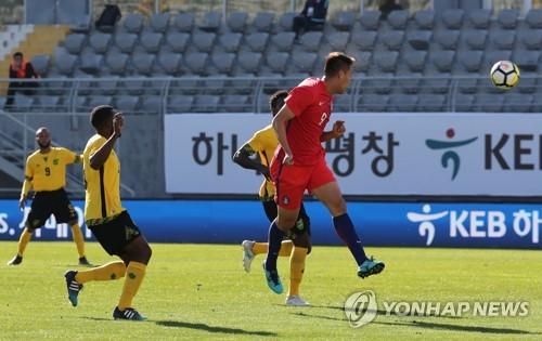 Kim Shin-wook fait une tête pendant le match amical contre la Jamaïque ce mardi 30 janvier 2018 en Turquie.