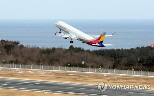Un avion d'Asiana Airlines, transportant la délégation sud-coréenne pour des entraînements de ski conjoints à la station de ski du col Masik, décolle de l'aéroport international de Yangyang pour se diriger vers l'aéroport de Kalma, à Wonsan, dans l'est de la Corée du Nord. (Yonhap)
