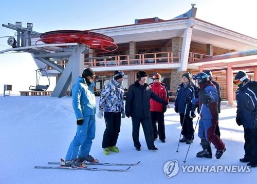 La délégation sud-coréenne lors de l'inspection de la station de ski du col Masik.(Utilisation en Corée du Sud uniquement et redistribution interdite) (KCNA=Yonhap)