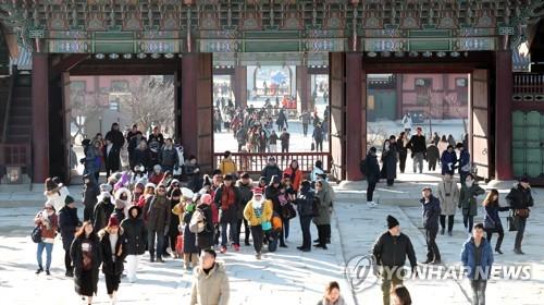 Des touristes visitent le palais de Gyeongbok le samedi 6 janvier 2018, au centre de Séoul.